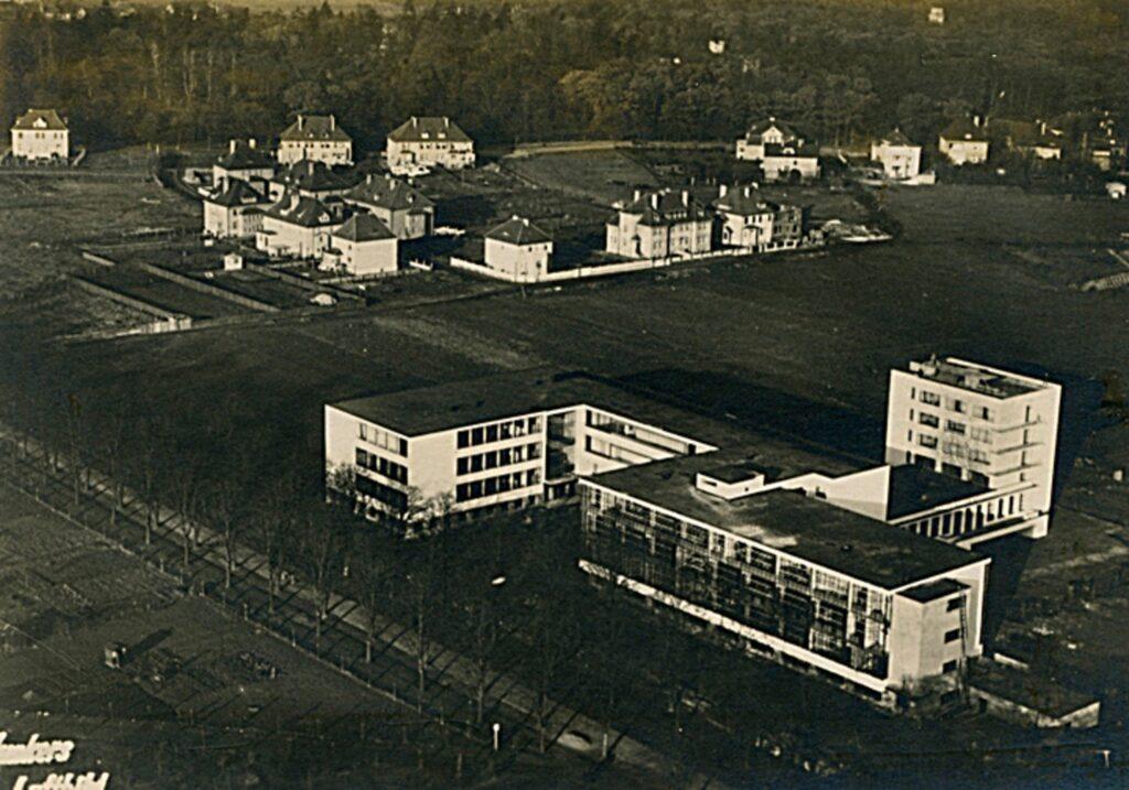 Questa immagine ha l'attributo alt vuoto; il nome del file è Fig.-10-Walter-Gropius-Bauhaus-veduta-aerea-1925-1926.-Dessau-Germania.-1024x717.jpg